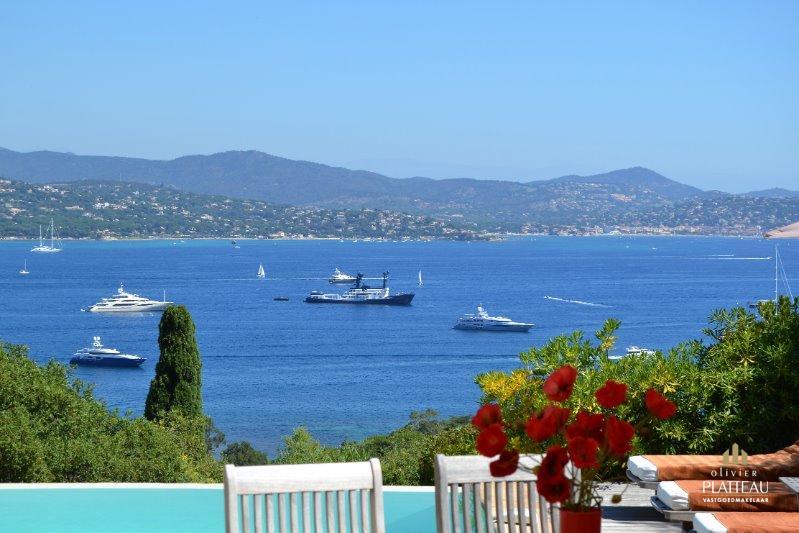 Villa met 5 slpk & panoramisch zicht op de baai van Saint Tropez.