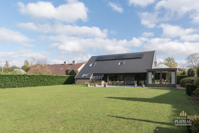 Ruime villa met 5 slpk en grote tuin op rustige locatie.