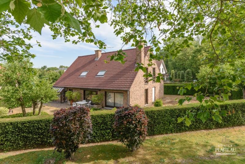 Ruime villa met 5 slpk en 3 badkamers op rustige locatie te Koksijde-Bad.