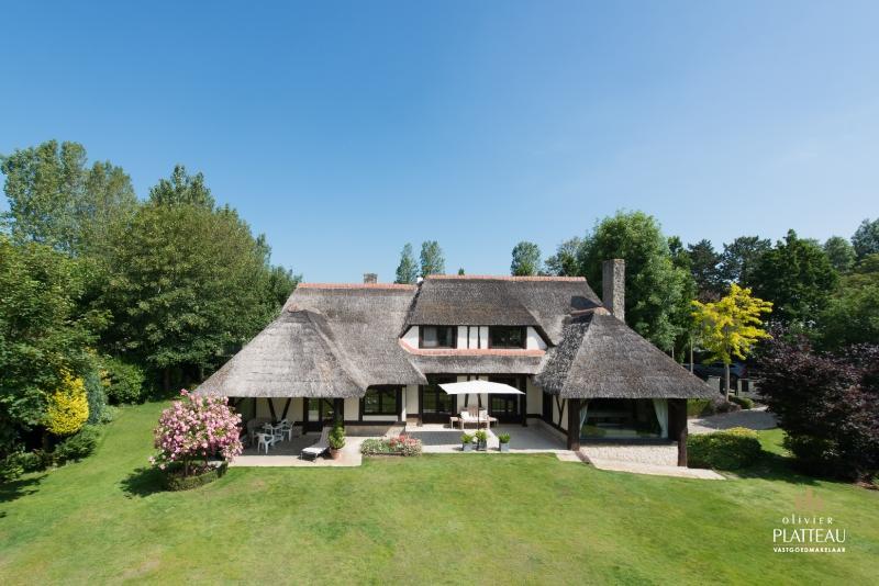 Uiterst charmante en klassevolle villa in Normandische stijl met prachtige aangelegde tuin.