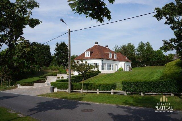 Statige villa op 1840m² gelegen op 500m van zee te Nieuwpoort-Bad.